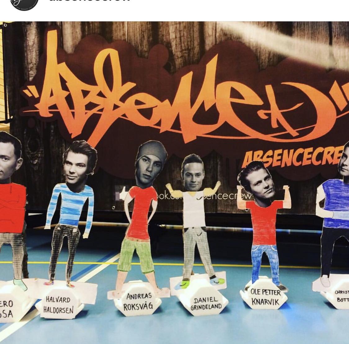 Pappfigurer av medlemmene i Absence Crew.